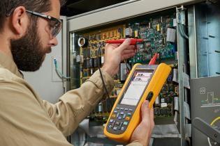 profissional e seus instrumentos de medição elétrica